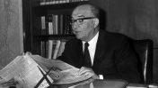 """ראש הממשלה לוי אשכול במשרדו בירושלים, 1.12.1966 (צילום: משה פרידן, לע""""מ)"""