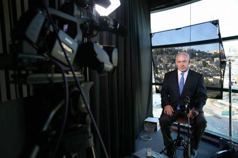 בנימין נתניהו מצטלם לראיון במשרדי אל-ג'זירה בירושלים, 2009 (צילום: מיכל פתאל)