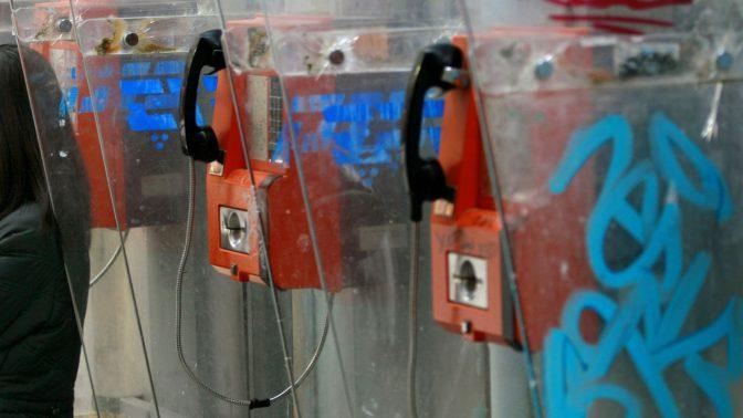 טלפונים ציבוריים של בזק (צילום: פלאש 90)