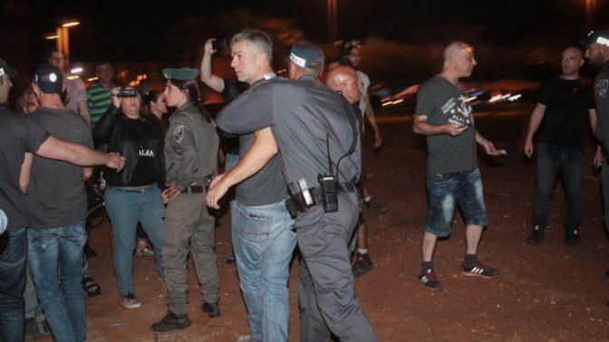 המשטרה עוצרת מפגינים שהגיעו לפתח-תקווה, עיר מגוריו של היועץ המשפטי לממשלה אביחי מנדלבליט, כדי למחות על האופן שבו הוא מטפל בחקירות הפליליות נגד ראש הממשלה בנימין נתניהו, 27.5.17 (צילום: רועי אלומה)