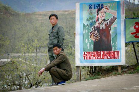 צפון-קוריאנים וכרזה מחוץ לעיר הבירה פיונגיאנג, אפריל 2017 (צילום: משה שי)