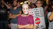 הפגנה בפתח-תקווה, בסביבת ביתו של היועץ המשפטי לממשלה אביחי מנדלבליט, 4.6.17 (צילום: רועי אלימה)