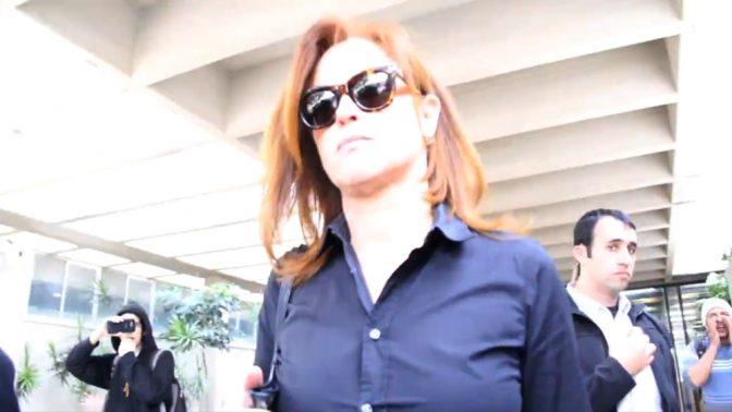 """מנכ""""לית בנק לאומי, רקפת רוסק-עמינח, בבית-המשפט (צילום מסך מתוך עמוד הפייסבוק של """"התנערות"""", הפרויקט של אליאב לילטי)"""