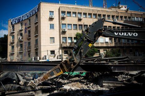 """בית """"מעריב"""" בתל-אביב, בחזית: הריסות גשר מעריב, 21.8.2015 (צילום: מרים אלסטר)"""
