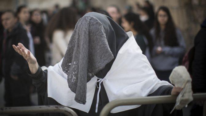 """מפגינה נגד """"נשות הכותל"""", הכותל המערבי, 27.2.17 (צילום: הדס פרוש)"""