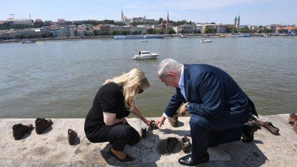 """ראש ממשלת ישראל בנימין נתניהו ורעייתו שרה באנדרטת """"נעליים על הדנובה"""" לזכר מאות מיהודי הונגריה שהוצאו להורג במקום. בודפשט, 20.7.17 (צילום: חיים צח, לע""""מ)"""