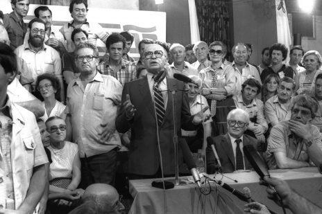 """מנחם בגין, ראש הממשלה, נושא דברים במצודת זאב בליל בחירות 1981 (צילום: יעקב סער, לע""""מ)"""