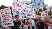 הפגנה נגד ראש הממשלה בנימין נתניהו בפתח-תקווה, סמוך לביתו של היועץ המשפטי לממשלה אביחי מנדלבליט, 5.8.17 (צילום: תומר נויברג)
